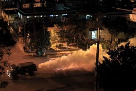 Xe quân đội phun thuốc chống muỗi Aedes vào ban đêm trên đường phố Cuba (Ảnh: Reuters)