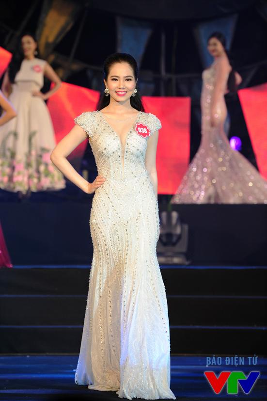 Ngay sau màn trình diễn của Dương Hoàng Yến, các thí sinh xuất hiện trên sân khấu với những bộ váy dạ hội sang trọng, quý phái
