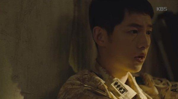 Ngay khi nghe thấy tiếng khóc của Kang Mo Yeon, đại úy điển trai chỉ muốn lao ra an ủi cô
