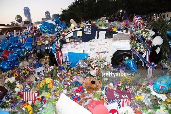 Xe cảnh sát trở thành đài tưởng niệm các cảnh sát đã hi sinh.