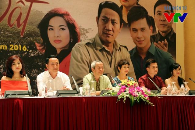 Đạo diễn Quốc Trọng và các diễn viên chính tại buổi họp báo hôm 21/3 (Ảnh: Chu Anh)