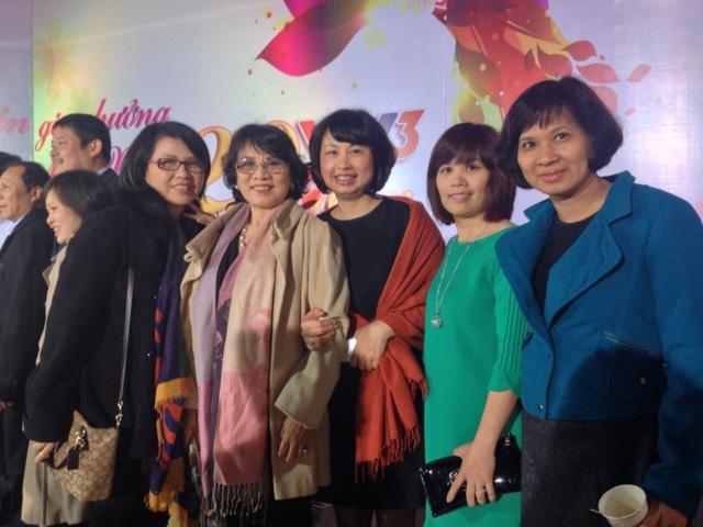 Đạo diễn An Ninh (thứ 2 từ trái qua) cùng với đồng nghiệp ở VTV3.
