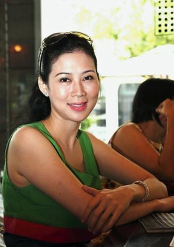 Trải qua nhiều sóng gió trong tình yêu, Diễm Hương rút lui khỏi làng giải trí Việt khi đang ở đỉnh cao sự nghiệp. Cô kết hôn với một luật sư hơn mình 18 tuổi và theo chồng sang định cư tại Canada, có 4 người con. Cách đây ít lâu, xuất hiện tại một sự kiện, nhan sắc của cô ít nhiều đã thay đổi.
