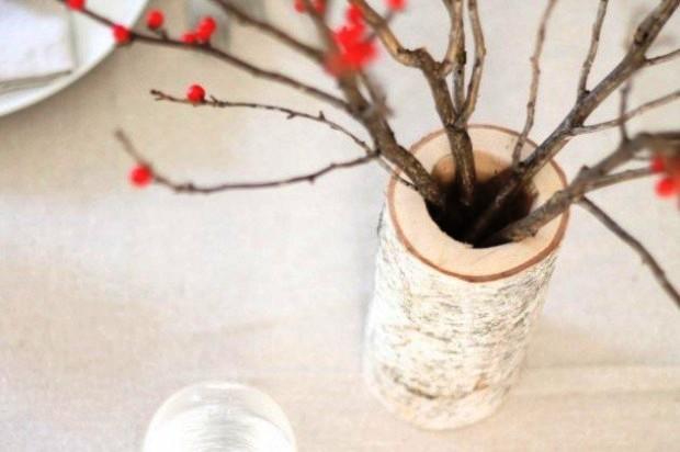 Một đoạn thân cây khoét rỗng cũng có thể biến thành lọ cắm hoa mộc mạc.