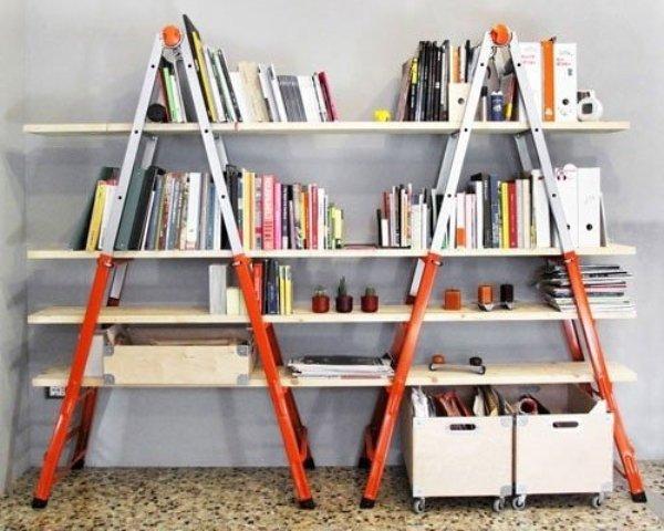 Hai chiếc thang và vài mảnh gỗ dài kê lên từng bậc, không cần đinh vít, chiếc giá sách chắc chắn đã sẵn sàng phục vụ nhu cầu trang trí, lưu giữ sách báo của bạn.