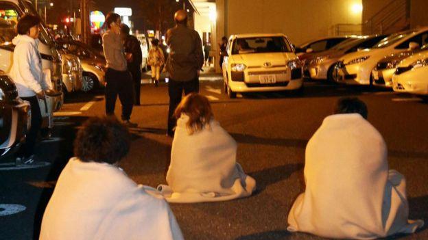 Nhiều người dân đã phải ở ngoài đường tại Kumamoto (Ảnh: BBC)