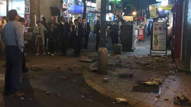 Đường phố bị phá hỏng sau trận động đất