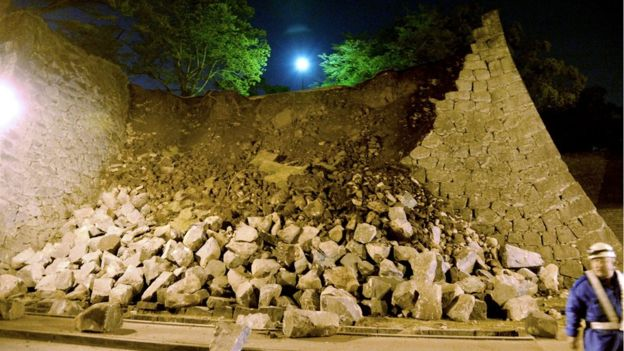 Bức tường quanh lâu đài Kumamoto đã bị đổ (Ảnh: BBC)