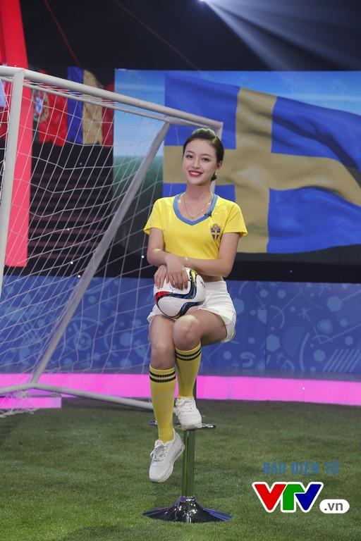 Bạn Khánh Chi nổi bật với áo đấu của ĐT Thụy Điển