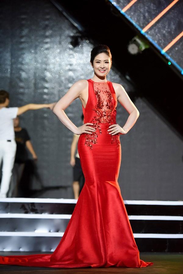 Hoa hậu Ngọc Hân nổi bật với bộ cánh đuôi cá màu đỏ rực
