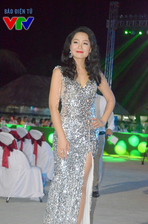 MC Thu Hà xuất hiện trang trọng và quyến rũ trong bộ váy dạ hội lấp lánh