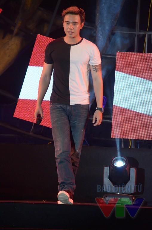 Anh tiếp tục dành tặng các thí sinh ca khúc Nhìn lại trong đêm bán kết với hi vọng giúp họ gợi nhớ lại hành trình tham gia cuộc thi từ những ngày đầu tiên