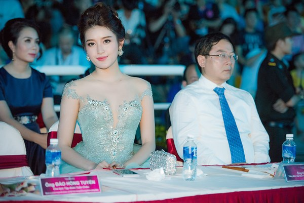 Đêm chung khảo KV phía Bắc của Hoa hậu Việt Nam 2016 còn có sự xuất hiện của Á hậu Huyền My