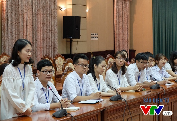 Em Lại Thành Minh (đứng phát biểu) – Thủ khoa Đại học Mỹ thuật Việt Nam