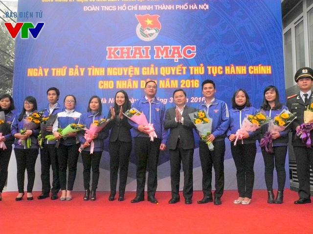 Đồng chí Nguyễn Ngọc Việt - Phó Bí thư Thành đoàn Hà Nội cùng các đoàn viên, thanh niên tiêu biểu tham gia hoạt động ý nghĩa Ngày thứ 7 tình nguyện