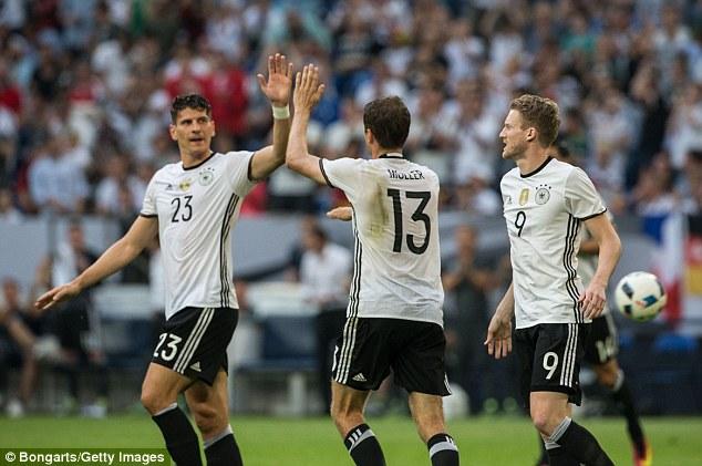 Đồng đội chia vui sau bàn thắng thứ 2 của Muller