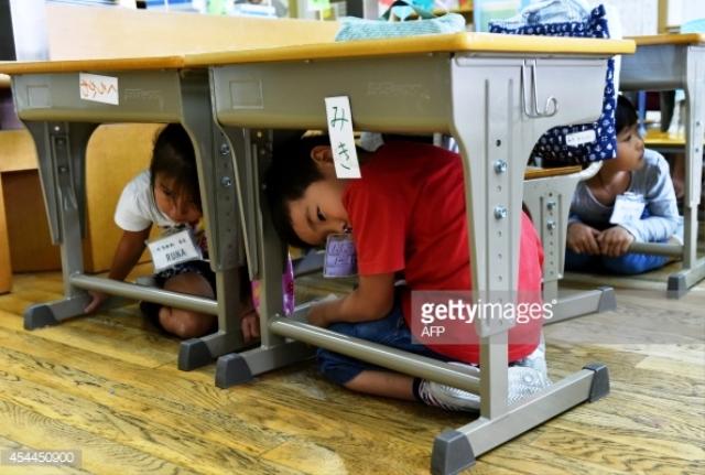 Trẻ em Nhật Bản được học kỹ năng phòng chống thảm họa từ khi còn rất nhỏ. (Ảnh: AFP/Getty Images)