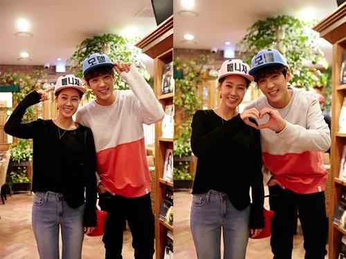 Choi Yoon Young và Kwak Shi Yang nhí nhảnh tạo dáng với nhau.