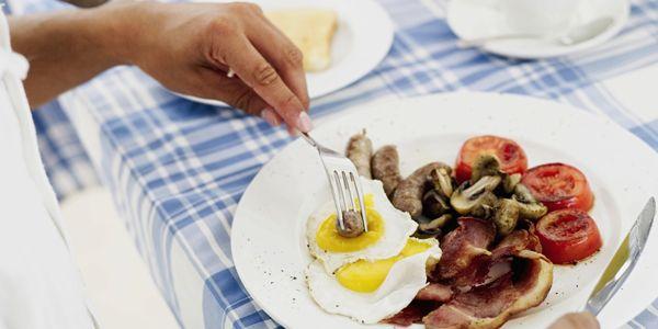 Kiểm soát chế độ ăn để hạn chế cholesterol.