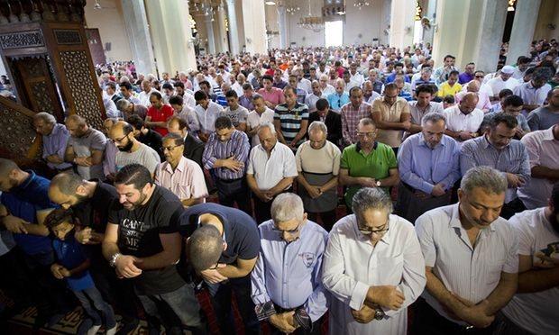 Những người dân Ai Cập tập trung tại một nhà thờ ở Cairo để cầu nguyện cho những nạn nhân trên chuyến bay xấu số MS804 (Ảnh: AP)