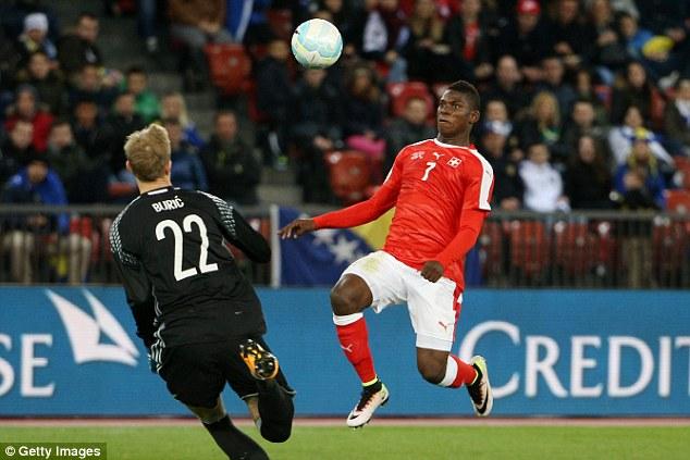 Embolo (áo đỏ) là tài năng lớn của Thụy Sỹ sau thời Xhaka, Shaqiri