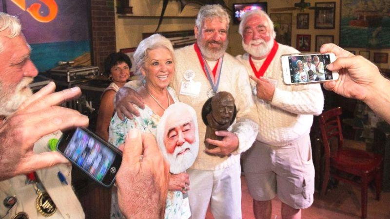 Người giành giải Papa 2016 Dave Hemingway (giữa) chụp ảnh cùng đầu bếp nổi Paula Deen (trái) và chồng bà, ông Michael Groover (phải) sau cuộc thi. Ảnh: AP