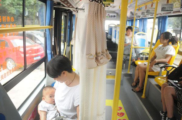 Bà mẹ sử dụng chỗ ngồi cho con bú trên một chuyến xe buýt ngày 18/12/2014. (Ảnh: VCG)