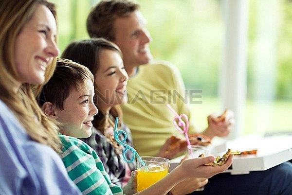 Cha mẹ nên dành cho con sự quan tâm, gần gũi, chia sẻ để con không cảm thấy cô đơn.