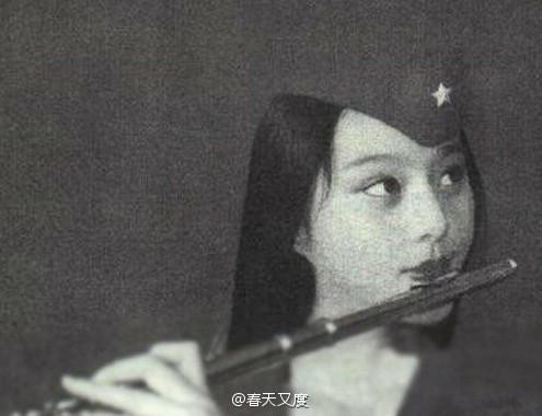 Thời ấu thơ, nàng Hoa đán cũng không kém phần xinh đẹp, đáng yêu