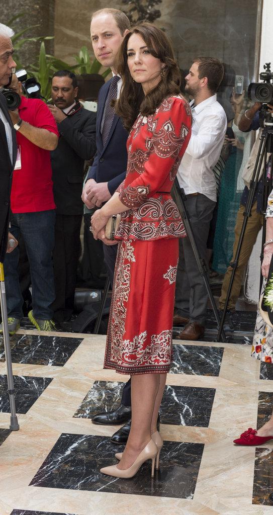 Công nương Anh khéo léo chọn những thiết kế làm tôn vẻ đẹp Hoàng gia Anh với váy của Alexander McQueen, ví cầm tay của Russel & Bromley và giày của L.K Bennett.