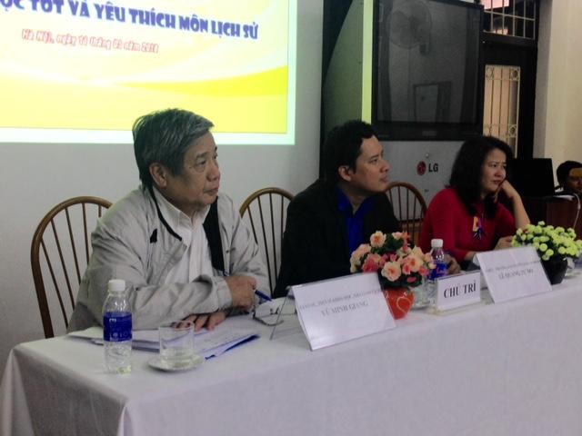GS. Vũ Minh Giang (ngoài cùng, bên trái) cho rằng cần phải thay đổi cách nhìn nhận môn lịch sử