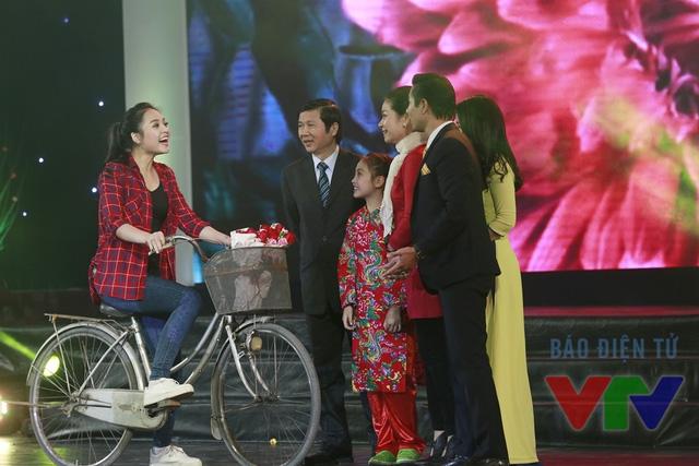 Hoạt cảnh gia đình đoàn viên trên sân khấu Gala Tết Việt 2016
