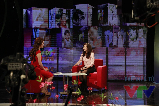 Nhà báo Lê Bình trong một phần trò chuyện với MC Thụy Vân.