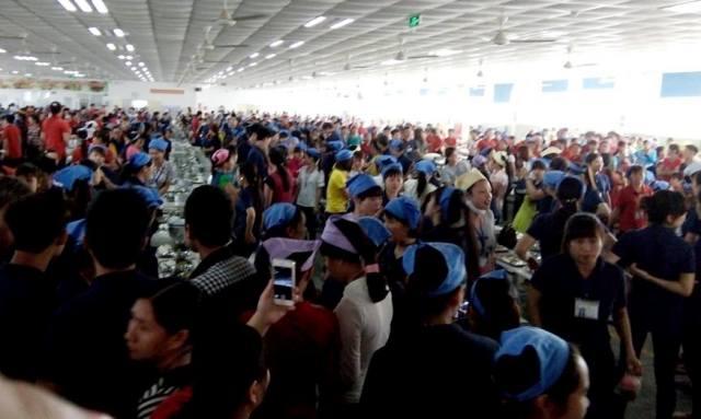 Hàng nghìn công nhân bức xúc bỏ về. (Ảnh: Dân trí)