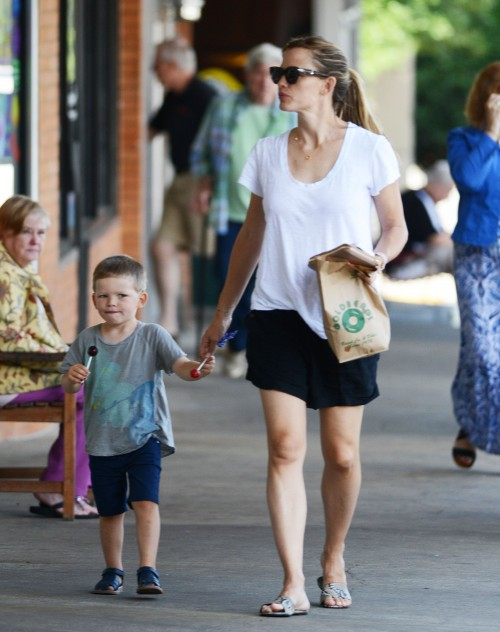 Jennifer Garner và con trai. (Ảnh: celebritybabyscoop)