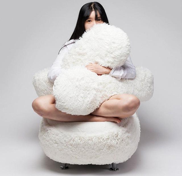 Với mẫu ghế ôm này, nhà thiết kế cho biết, người còn độc thân sẽ bớt đi cảm giác cô đơn trống trải
