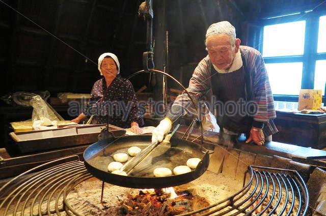Cụ ông Gonda Chikayoshi và đồng nghiệp trong xưởng bánh Oyaki. Ảnh: Alamy
