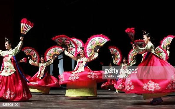 Âm nhạc truyền thống chỉ diễn ra trong các dịp quan trọng vài lần mỗi năm.