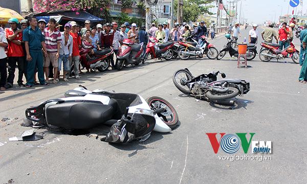 Xe điên tiếp tục đâm 7 xe máy phía trước cùng với rau quả của tiểu thương đang bán trên vỉa hè .