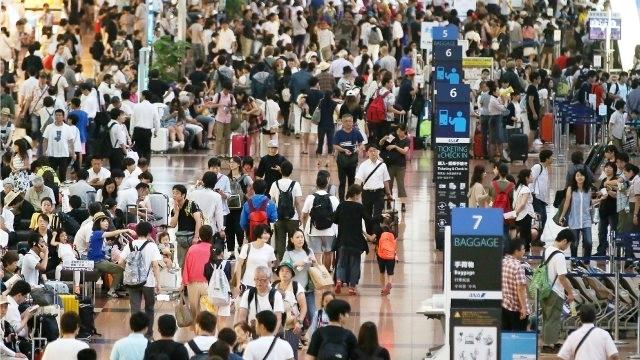 Sân bay Haneda đông nghịt hành khách vì các chuyến bay bị hủy bỏ. Ảnh: AFP