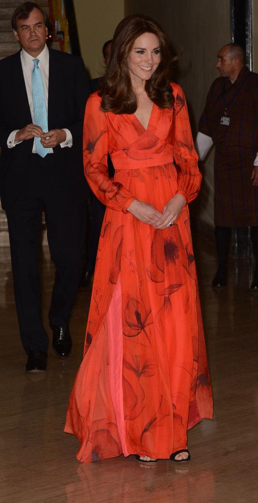 Ở một sự kiện khác, cũng với gam màu đỏ, cô vô cùng quyến rũ và duyên dáng trong chiếc đầm hoa này.