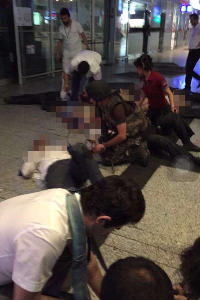 Lực lượng cứu hộ cấp cứu người bị nạn tại sân bay.