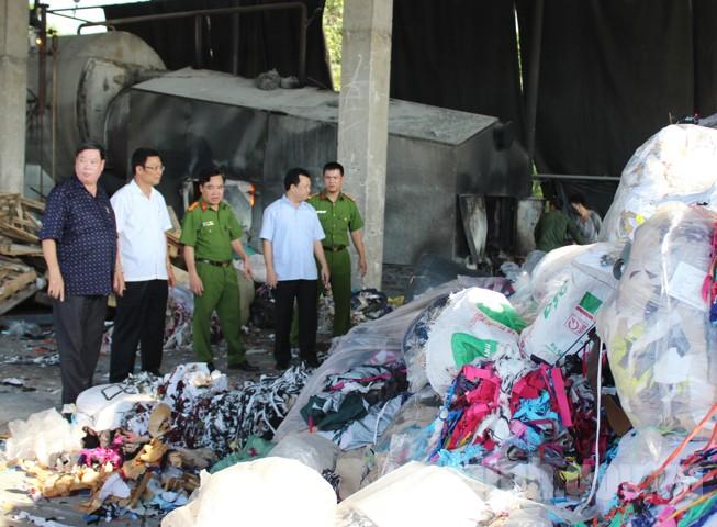 Lực lượng chức năng kiểm tra kho hàng của Công ty TNHH Văn Năng. (Ảnh: Cổng thông tin điện tử tỉnh Bắc Ninh)