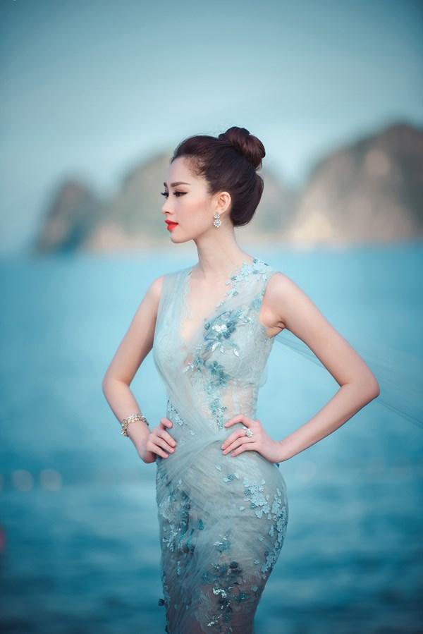 Vóc dáng mảnh khảnh cùng làn da trắng ngần của cô được tôn lên khi mặc bộ váy dạ hội kiêu kỳ này.