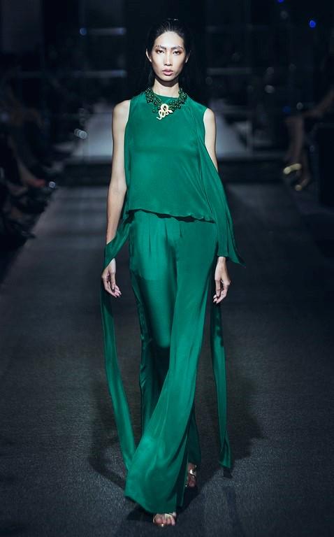 Đa phần những thiết kế của Hà Linh Thư là những kiểu đầm suôn freesize nhẹ nhàng với những nếp xếp ngẫu hứng.