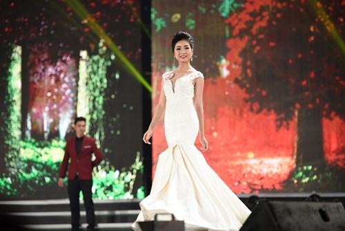 Bùi Nữ Kiều Vỹ trong phần trình diễn trang phục dạ hội ở đêm Chung kết Hoa hậu Việt Nam 2016