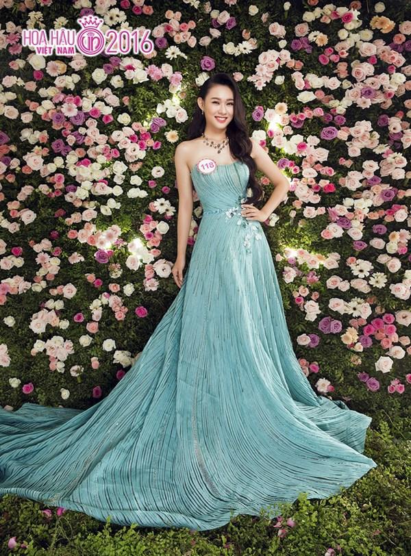 Nguyễn Thùy Linh khoe sắc giữa rừng hoa