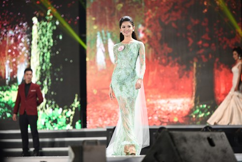 Á hậu 2 Huỳnh Thị Thùy Dung, cô đồng thời giành danh hiệu Người đẹp Tài năng của cuộc thi năm nay
