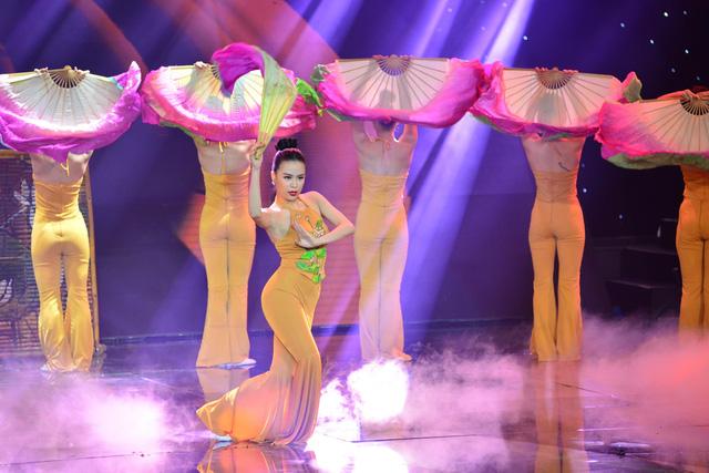 Trong 5 liveshow của The Remix - Hòa âm ánh sáng 2016, Hoàng Ku đã giúp nữ ca sĩ biến hóa với nhiều phong cách khác nhau từ cá tính, nổi loạn đến đằm thắm, dịu dàng.