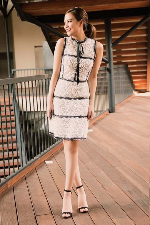 Nữ ca sĩ Hoàng Thùy Linh lựa chọn một thiết kế ren đối xứng để xuất hiện trong một sự kiện gần đây